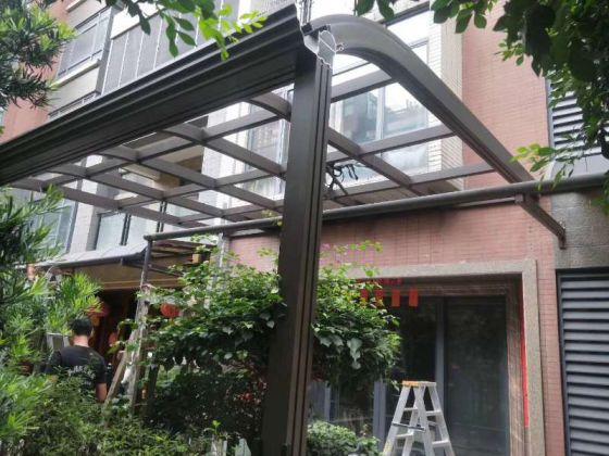 哪些家庭合适做阳光房,哪些家庭合适做玻璃顶雨棚?